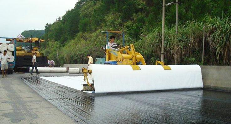 昆玉高速公路上土工布养护施工案例